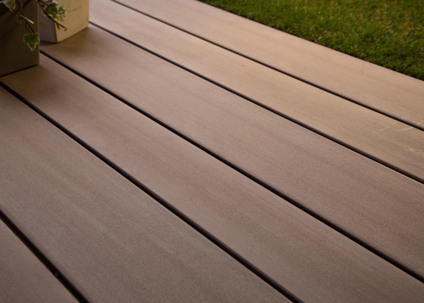 lame de terrasse en bois composite brun exotique profil lisse rainur ou structur la. Black Bedroom Furniture Sets. Home Design Ideas