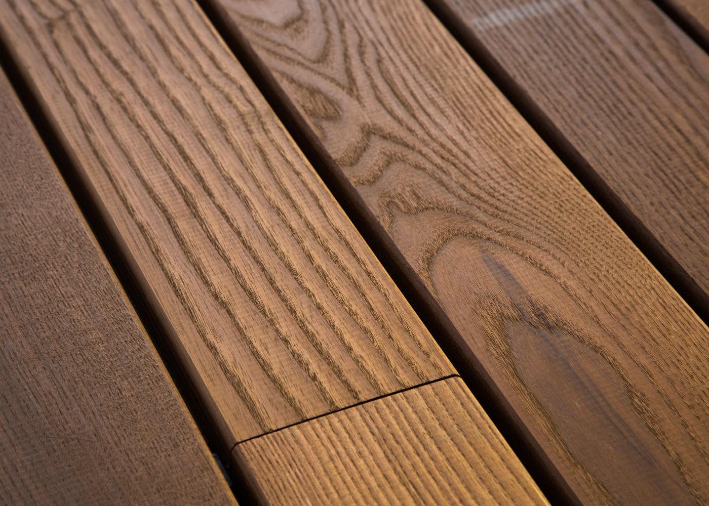 Frêne thermo traité rives arrondies fixation à visser - face lisse - longueurs panachées 21x140x600-900-1200-1800