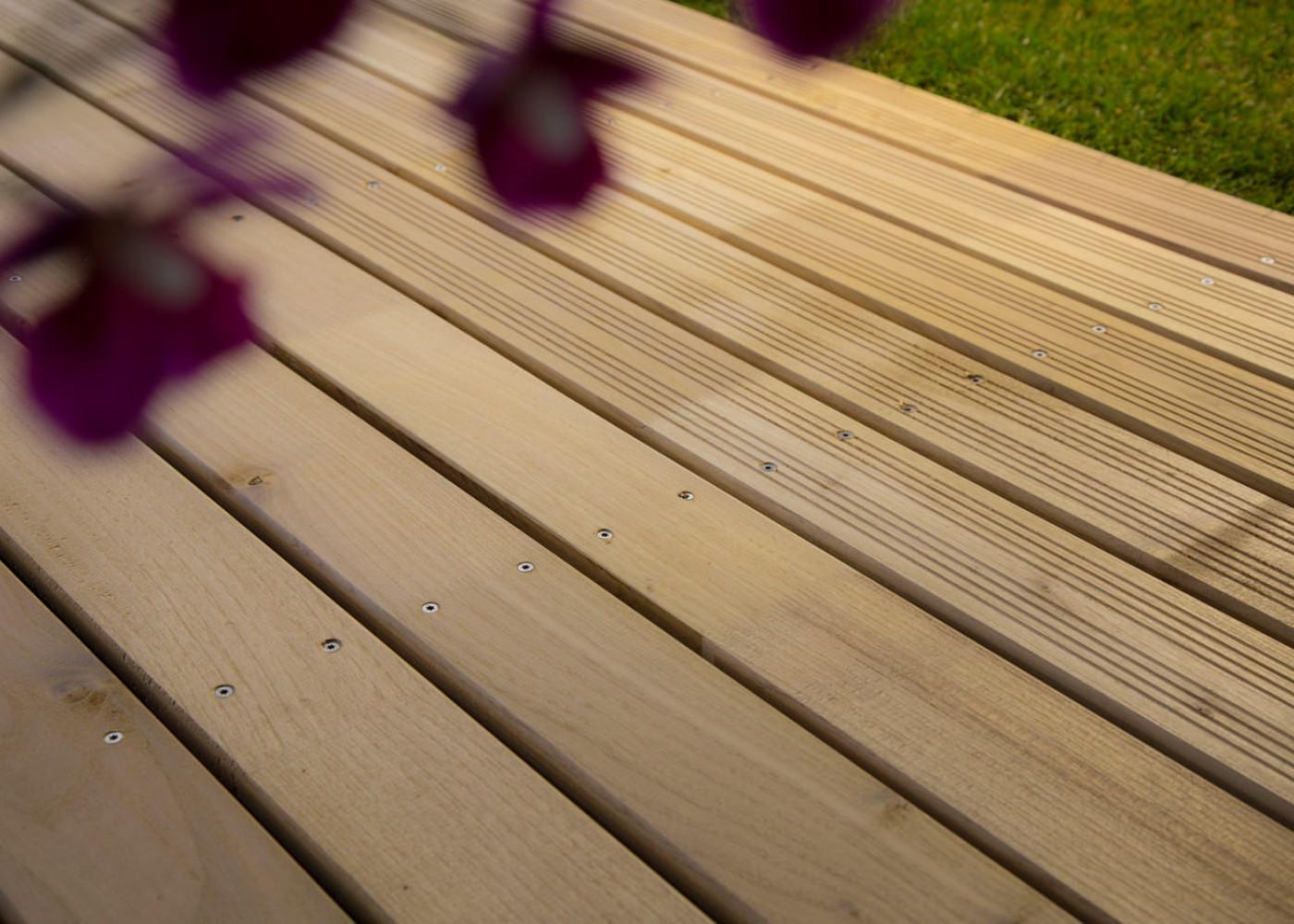 Lame de terrasse Acacia choix courant rives arrondies fixation à visser 1 face profil lisse ou 1 face profil Bombé à preciser à la commande - (longueurs: 1200-1600-2000-2400mm) - coupe droite en bout - PEFC 21x125x2400