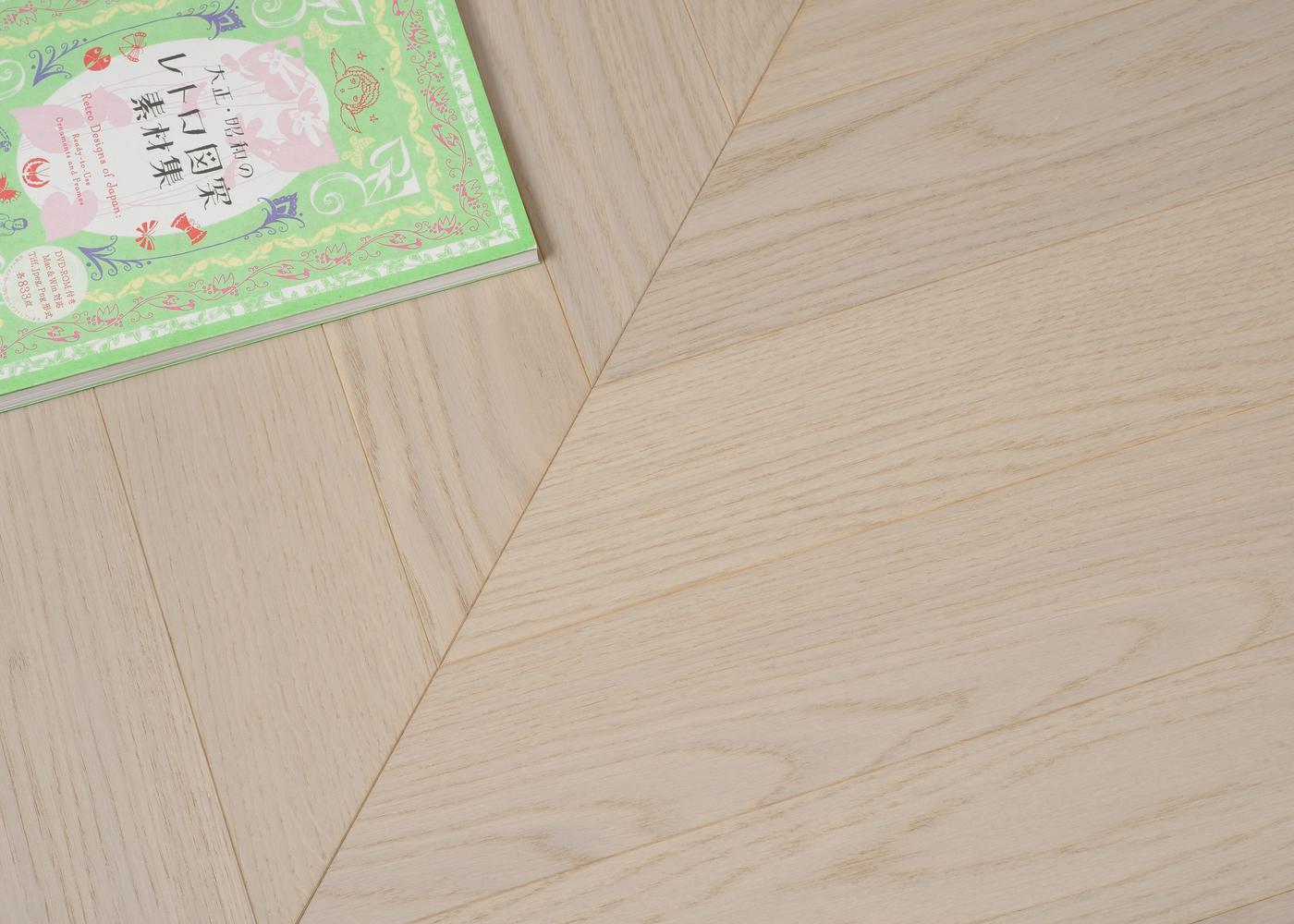 Parquet chêne contrecollé LUCERA Point de Hongrie brossé vernis mat Select support HDF angle 45° 10x92x600
