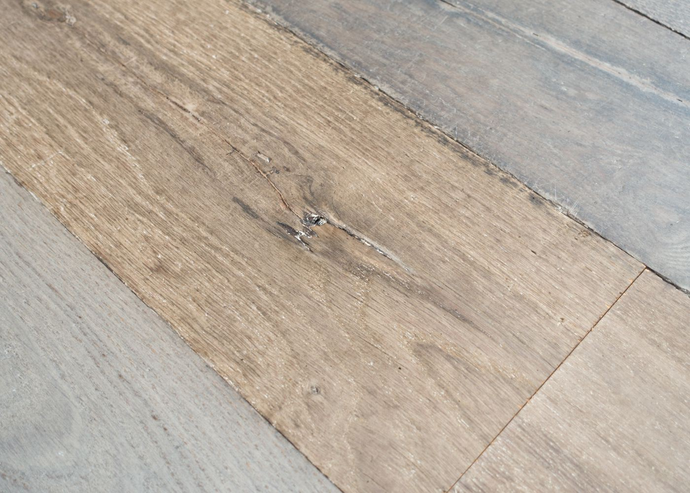 Plancher chêne massif PATCHWORK vieilli brut - PEFC rives abîmées 20x140-220x1800-2700