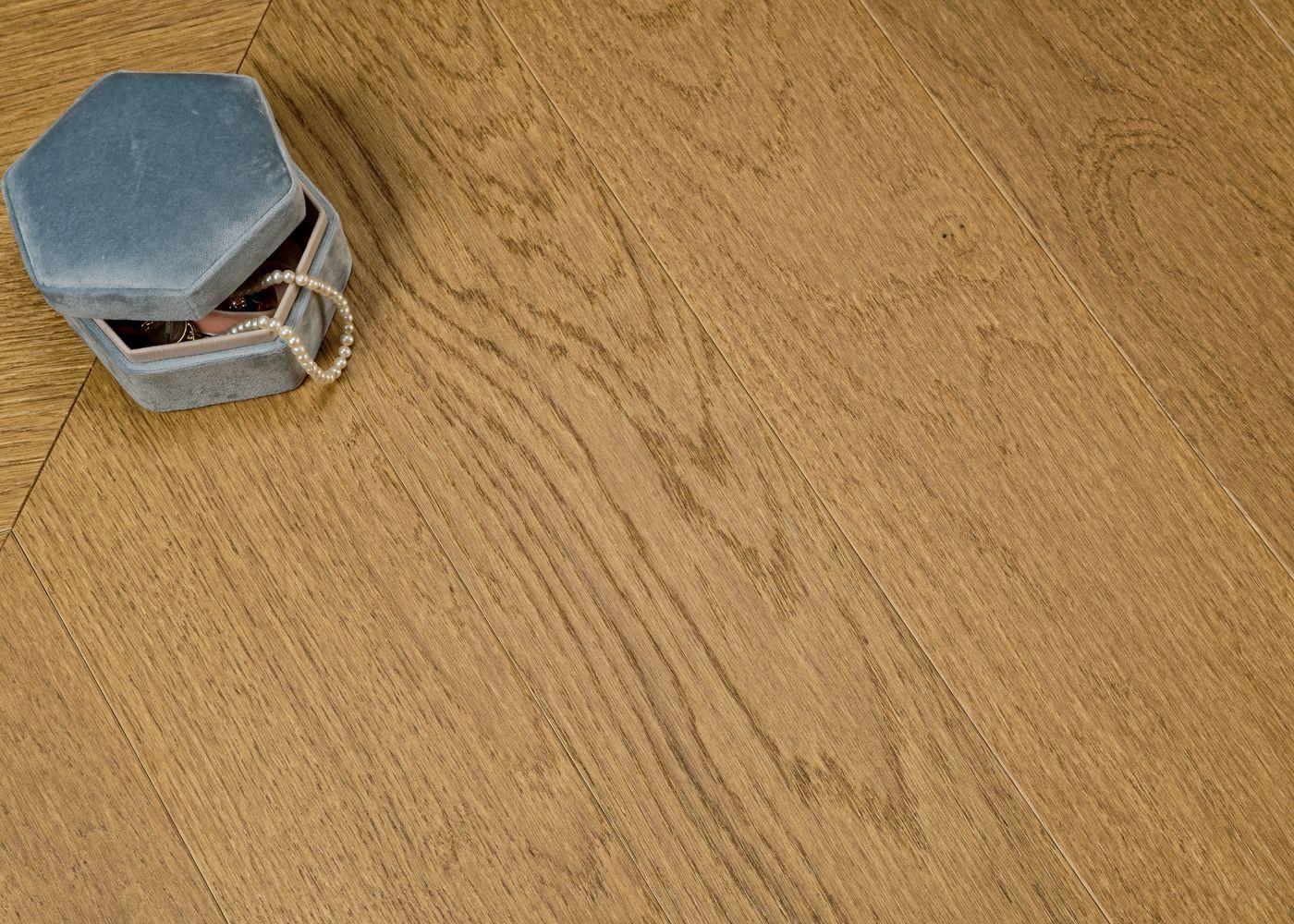 Parquet chêne contrecollé VIENNE Point de Hongrie brossé vernis mat Select support HDF angle 45° 10x92x600