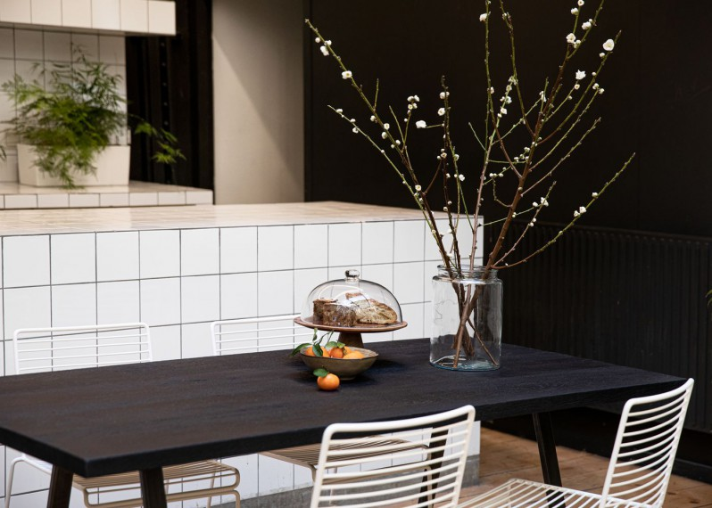 Plateau de table Margaret à partir de chêne ancien brossé teinté noir