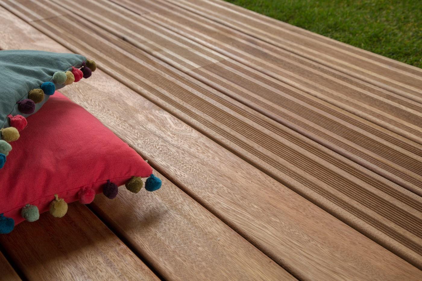 fixation lame terrasse bois attache de fixation clip terrasse bois composite forexia avec vis. Black Bedroom Furniture Sets. Home Design Ideas