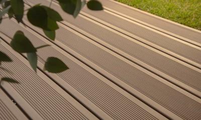 Lame de terrasse en bois composite, teinte brun colorado, profil lisse, rainuré ou structuré, fixation invisible