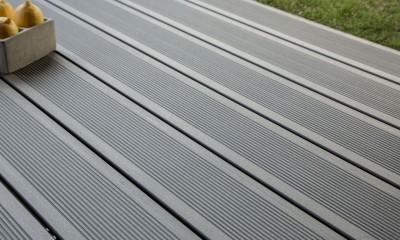 Lame de terrasse en bois composite, teinte gris anthracite, profil lisse, rainuré ou structuré