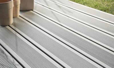 Lame de terrasse en bois composite, teinte gris iroise, profil lisse, rainuré ou structuré