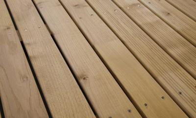 Lame Terrasse Acacia 21x120mm à Visser ou Fixation Invisible 1 Face Lisse / 1 Face Antidérapante Profil Peigné 21x120x2500