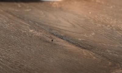 Plateau de table CARDIFF à partir d'anciens madriers chêne foncé brut - (longueur maximum 3500mm) - (attention ce plateau à pour particularité de ne pas être raboté, il comporte des défauts volontaires de non planéité )